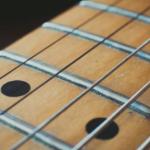 ギターの指板は材質で音がどの様に変わるのか?